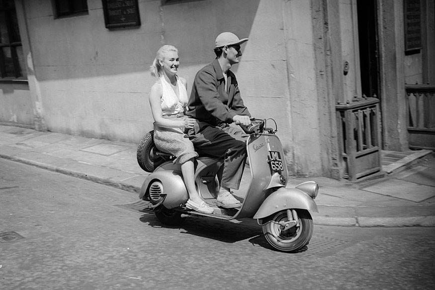 Actor and former acrobat Bonar Colleano (1924-1958) and English actress Susan Shaw (1929-1978) (born Patsy Sloots) on a Vespa scooter in this May 19, 1952 image. (Photo by George Stroud/Express/Getty Images)